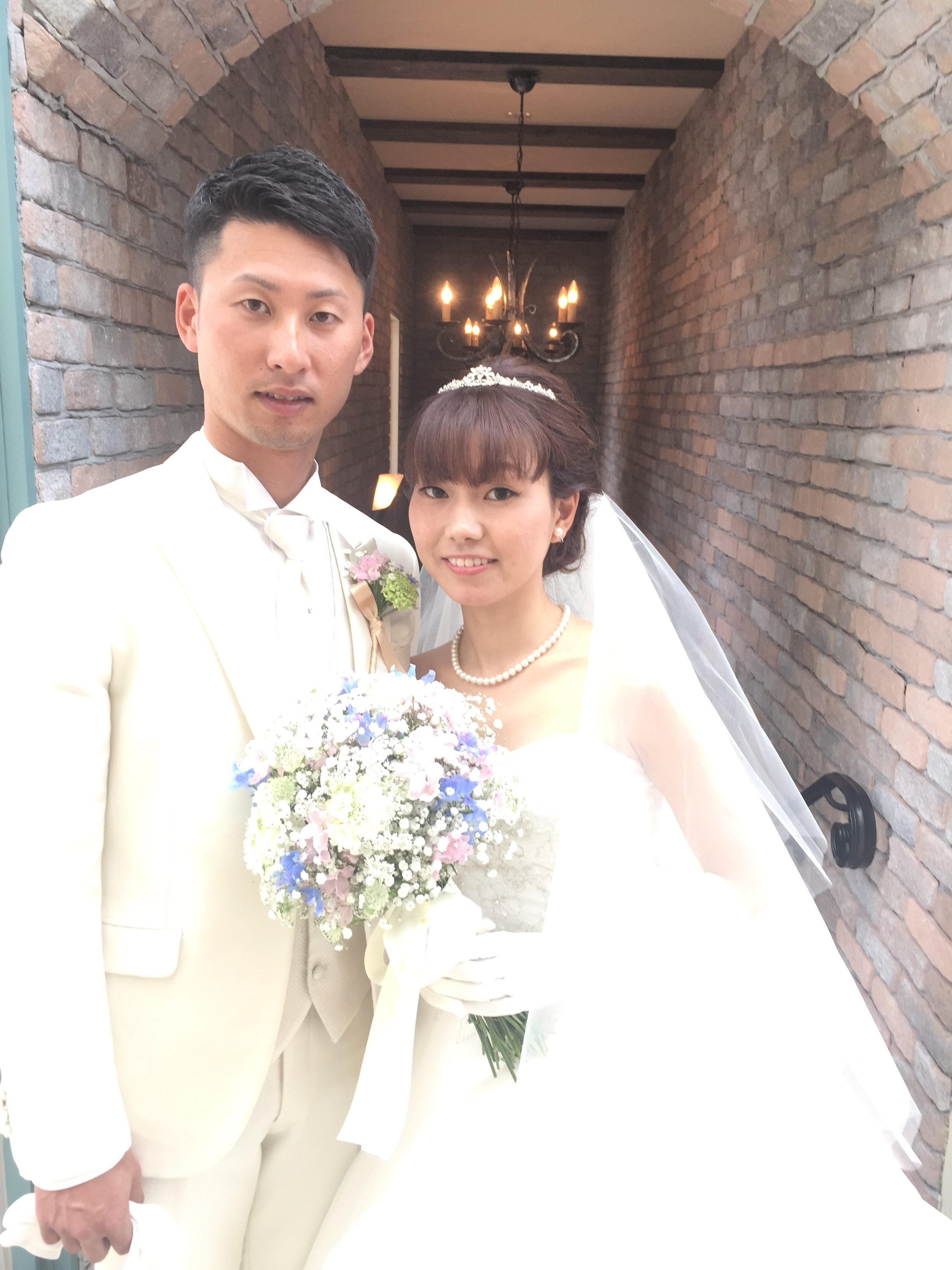 ウエディングドレス、ナチュラルで小柄な花嫁さん。髪の毛はセミロング。ナチュラルなシニオンスタイルで可愛くアレンジ/福岡のブライダルヘアメイク、ブライダルシェービングはグランパルティータ